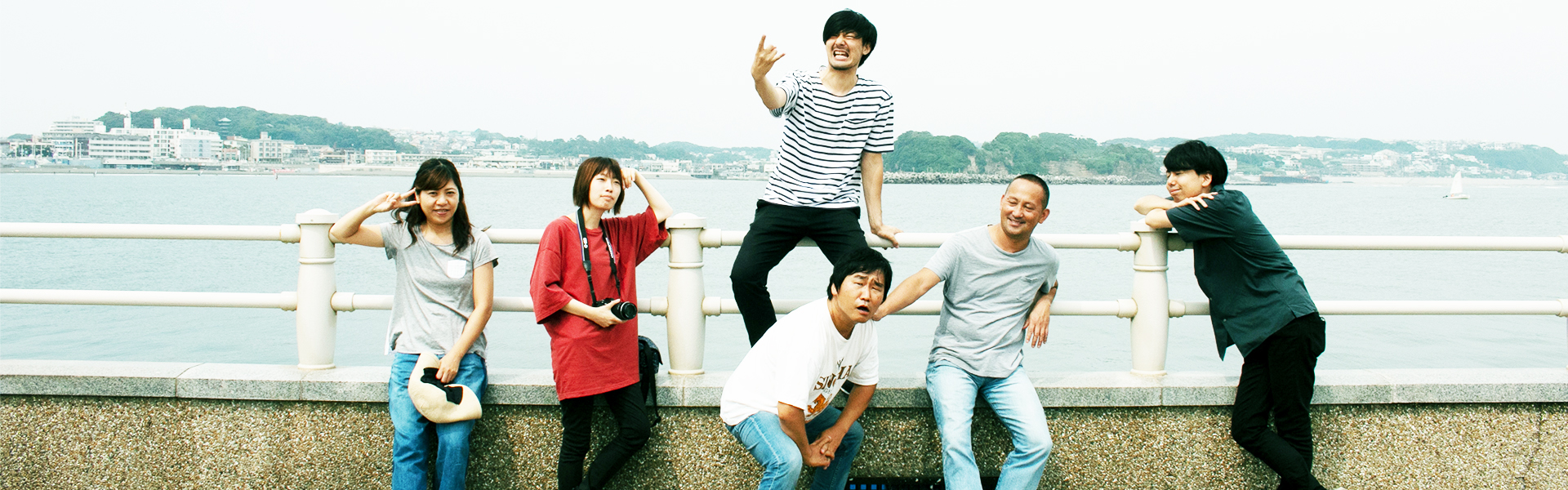 湘南、藤沢の海辺で集合写真